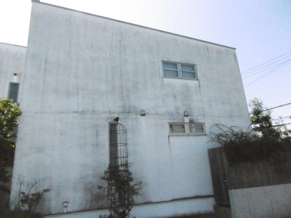 白い壁をきれいにしたい。漆喰壁のリフォームは、高石市東方美研へお任せください
